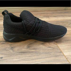 Black tennis shoes/running shoe